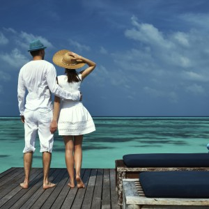 487773413 TS Couple at Ocean